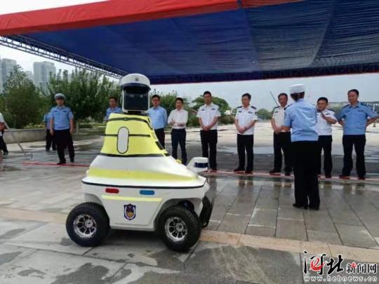 8月7日,邯郸机器人交警在邯郸东站正式上岗.jpeg