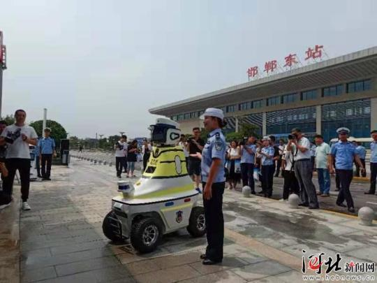 8月7日,邯郸机器人交警在邯郸东站正式上岗2.jpeg