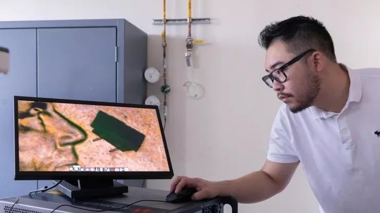研究人员介绍微型机器人.jpg