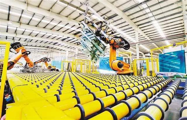 万盛经开区平山产业园区的福耀万盛浮法玻璃有限公司自动化生产车间.jpg