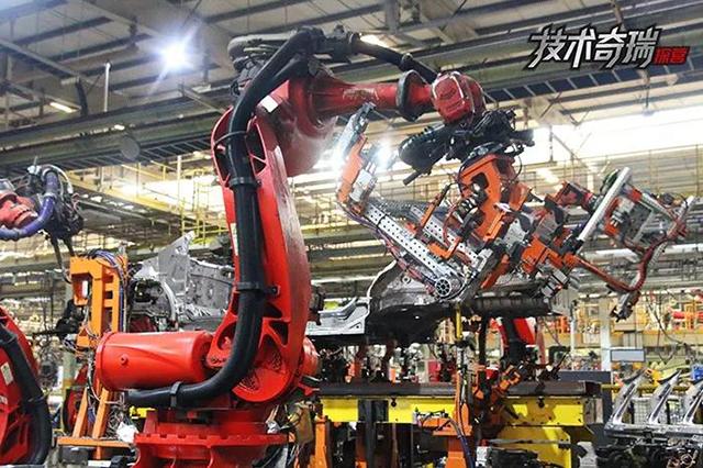 奇瑞工厂安装机器人.jpg