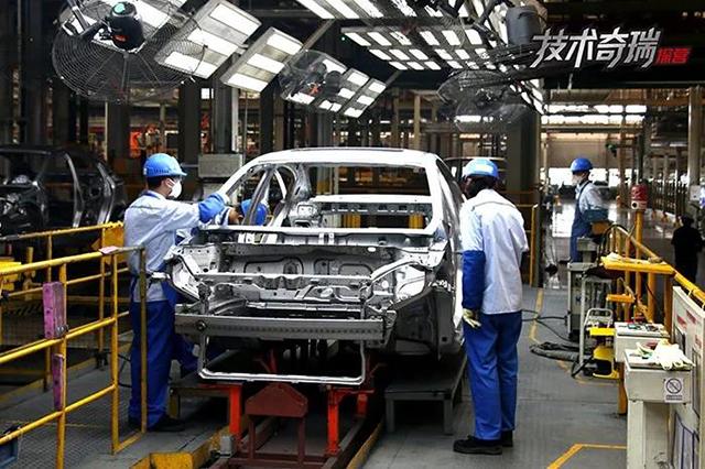 奇瑞工厂焊接车间工人进行质量检测.jpg