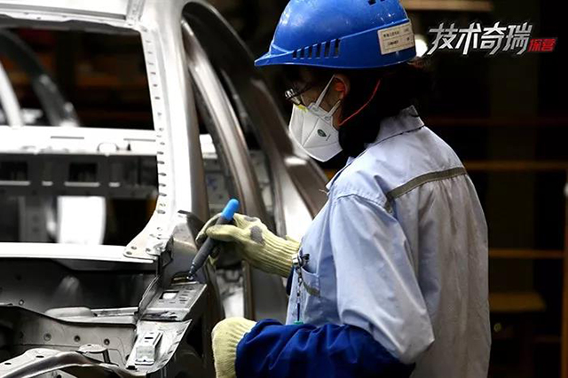 奇瑞工厂焊接车间工人进行质量检测确认.jpg