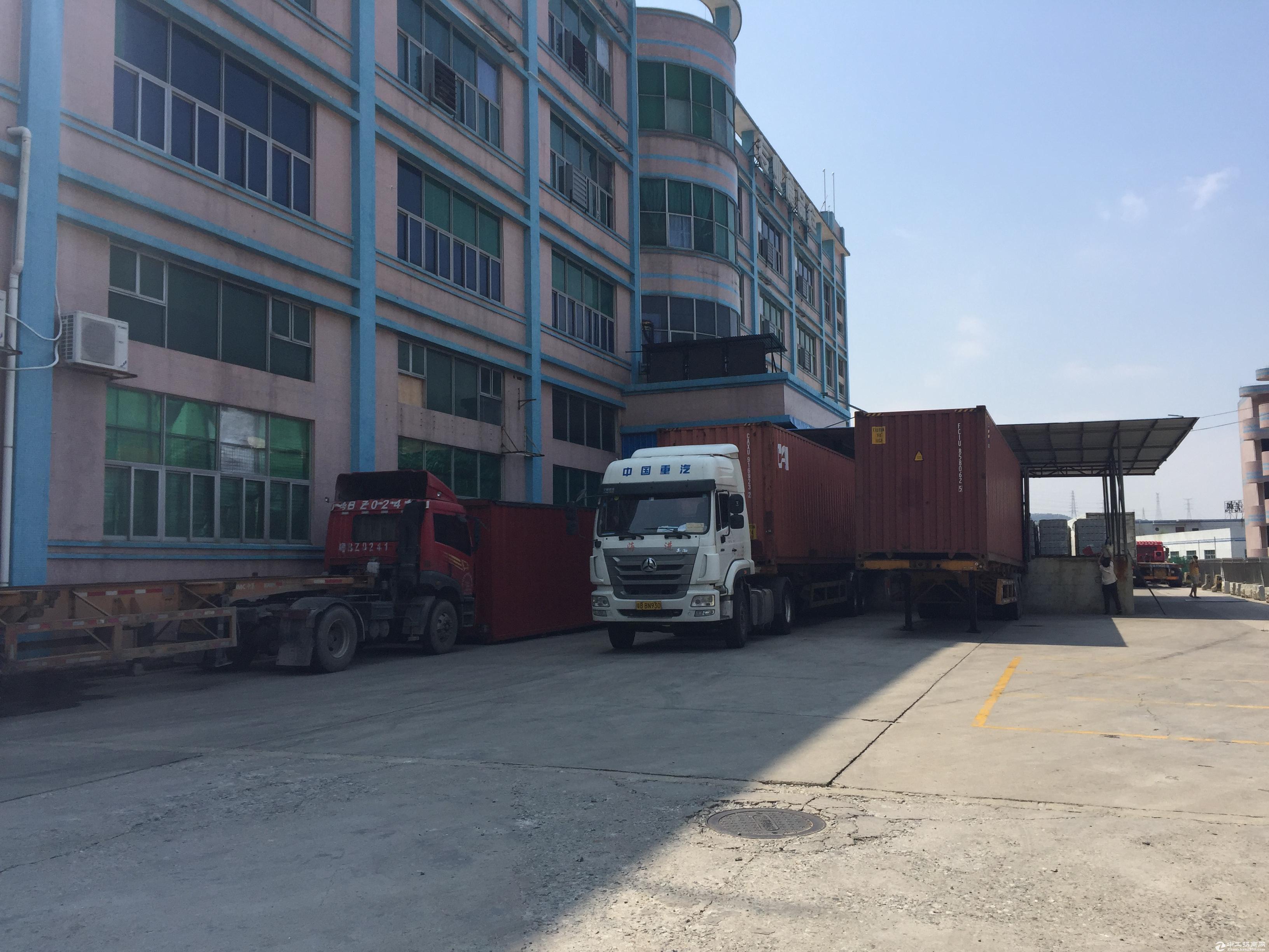 盐田港附近.大型物流仓库带装卸货平台