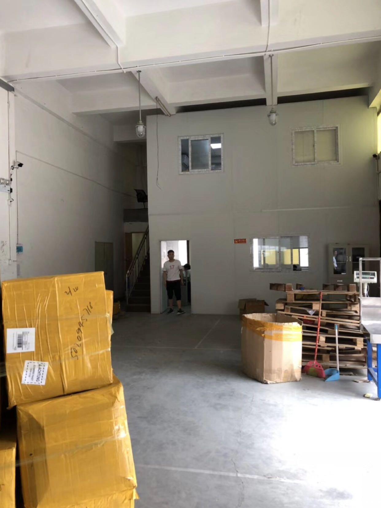 龙华油松新出600平一楼仓库出租,空地大,进车方便。