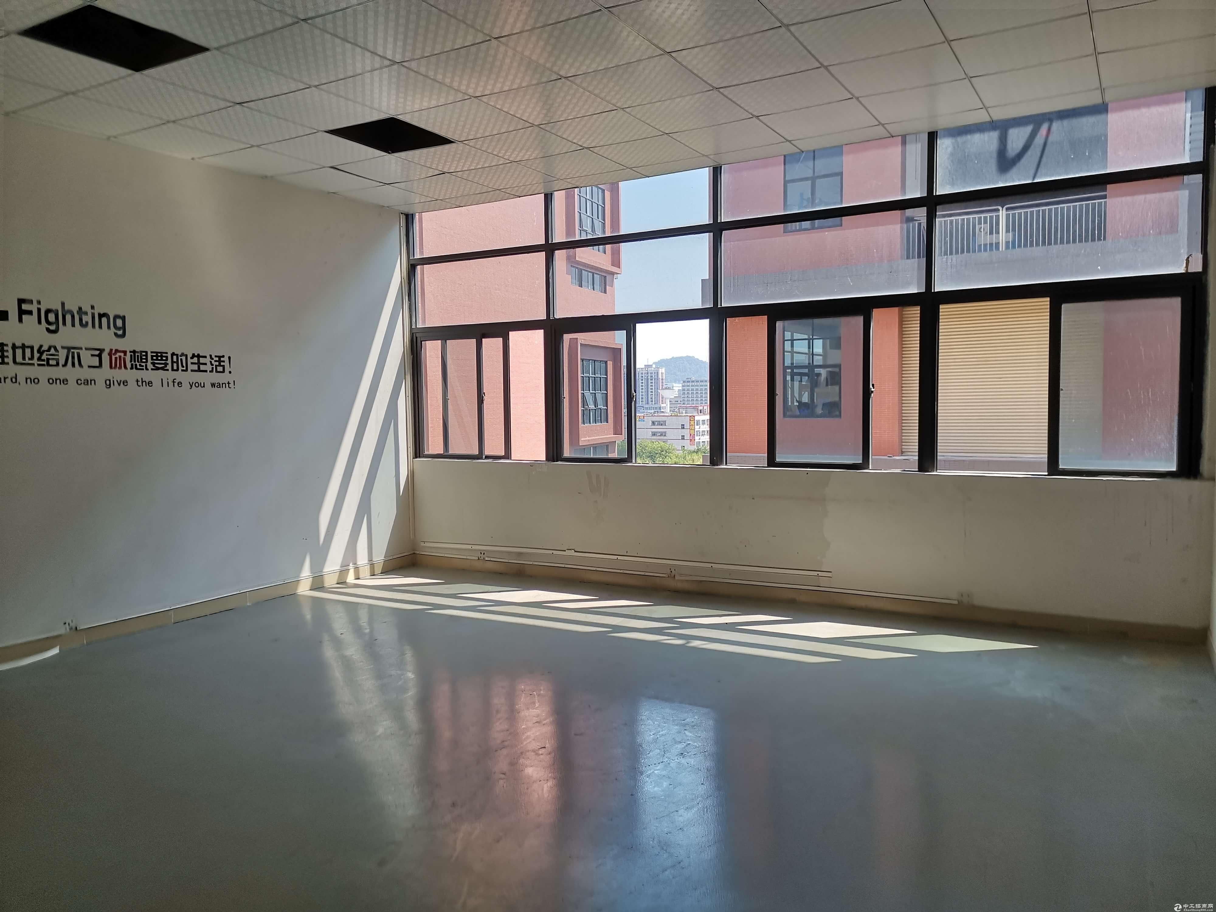 凤岗楼上280平方车间带办公室新装修地坪漆有电梯入驻即可生产