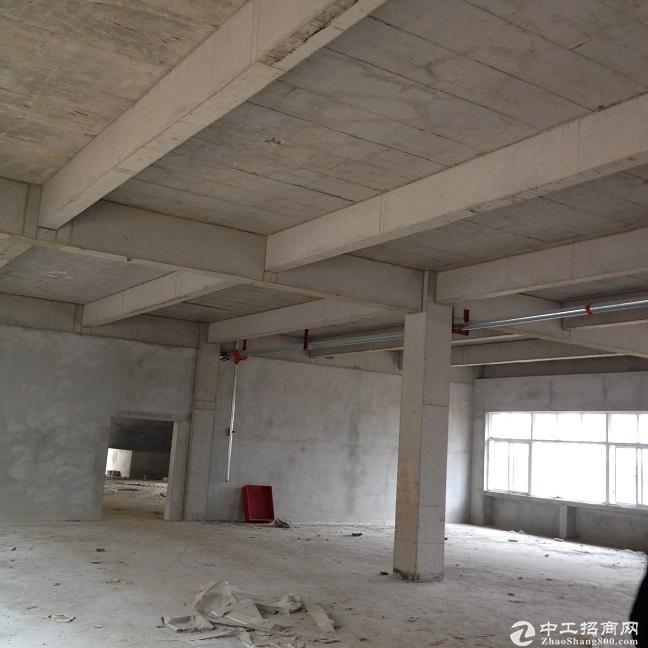 8.1米层高、8米超宽柱距;3、人货分流首层双入口设计