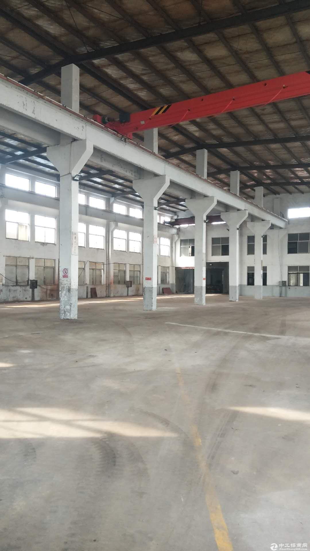 锡东大道长泾段独立标准厂房仓库1600平,有办公室,行车3部,价格实惠,大车可进出车间,交通便利