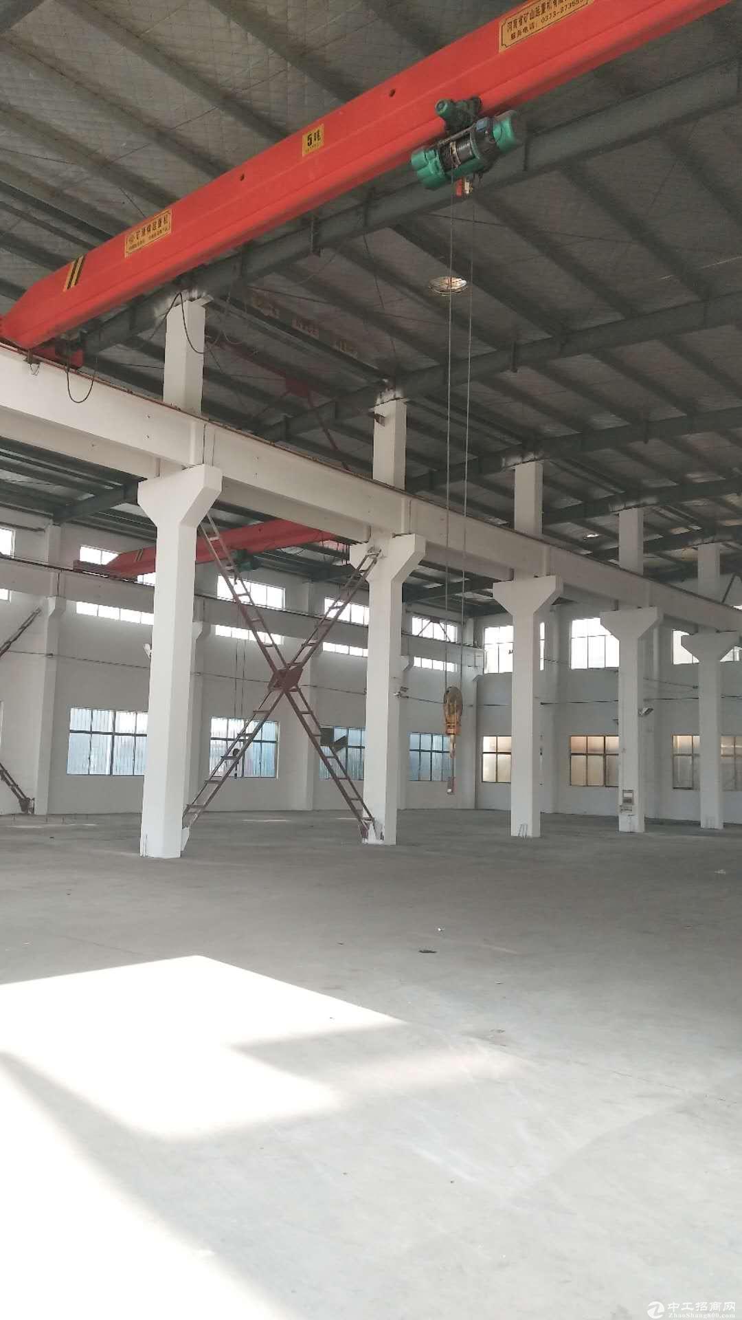 张泾工业园独栋厂房4600平三跨可分租有办公室宿舍楼