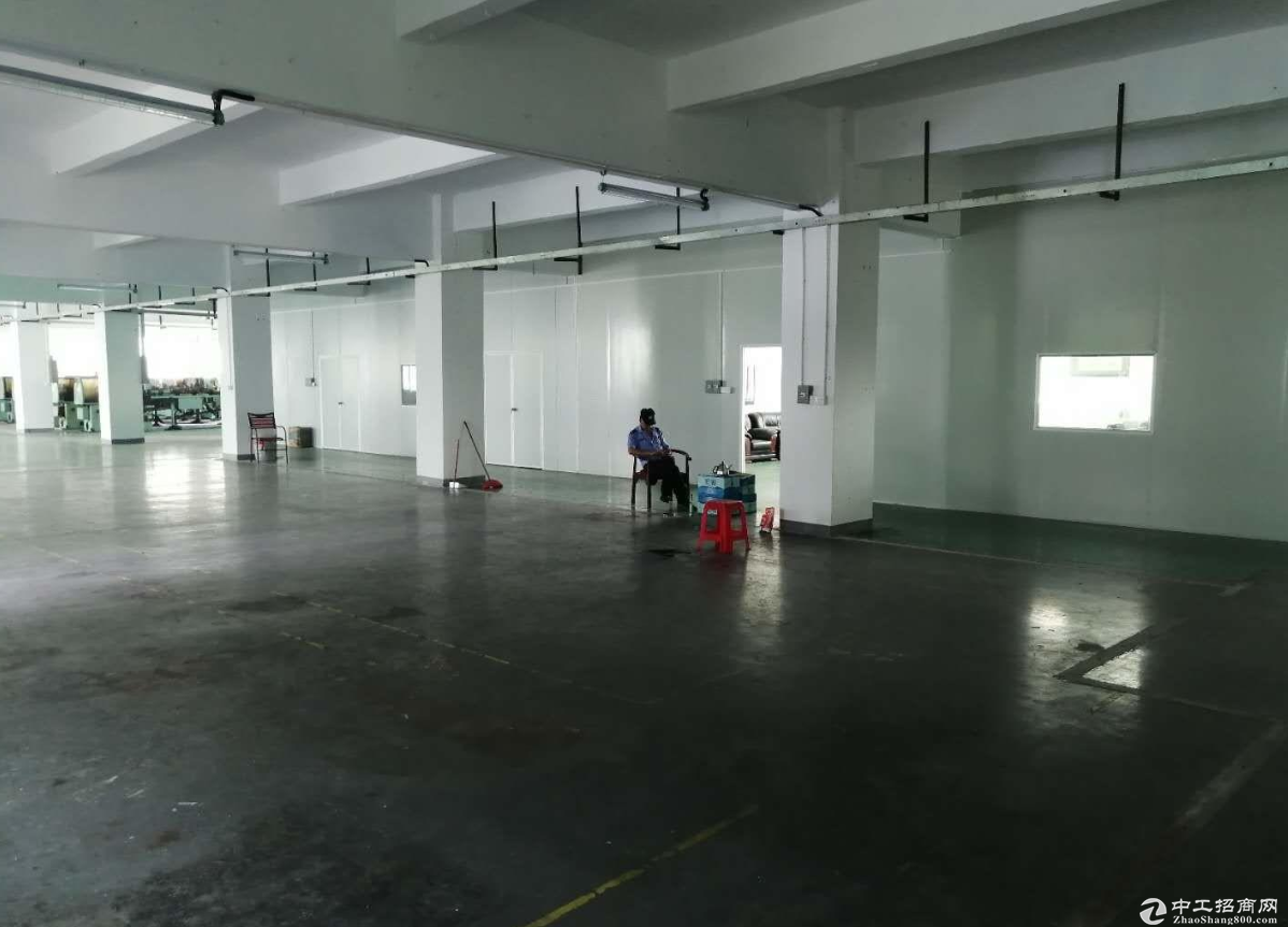 建伦工业区附近楼上带地漆1000方厂房,可分租